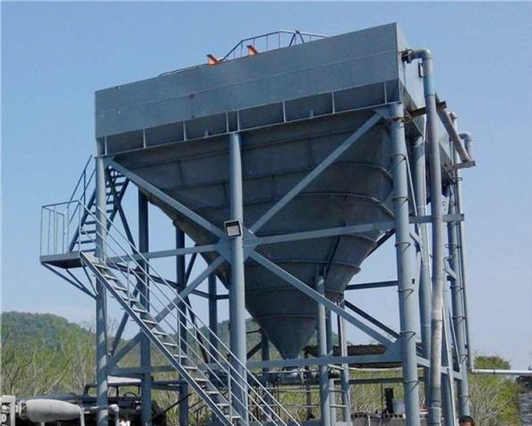 Chute board thickener which can be used in severe cold and dry area